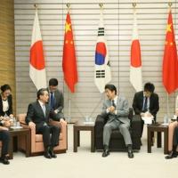 2016/08/24 安倍総理は中華人民共和国の王毅(おう・き)外交部長及び大韓民国の尹炳世(ユン・ビョンセ)外交部長官による表敬を受けました