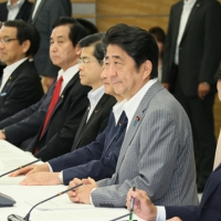 2016/08/24 安倍総理は月例経済報告等に関する関係閣僚会議に出席しました